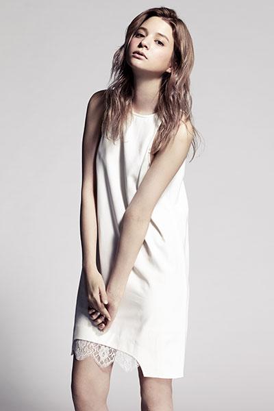 白いワンピースの瑛茉ジャスミン